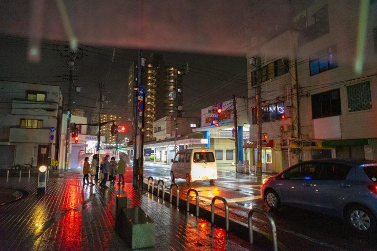 雨の坂出市遥店街