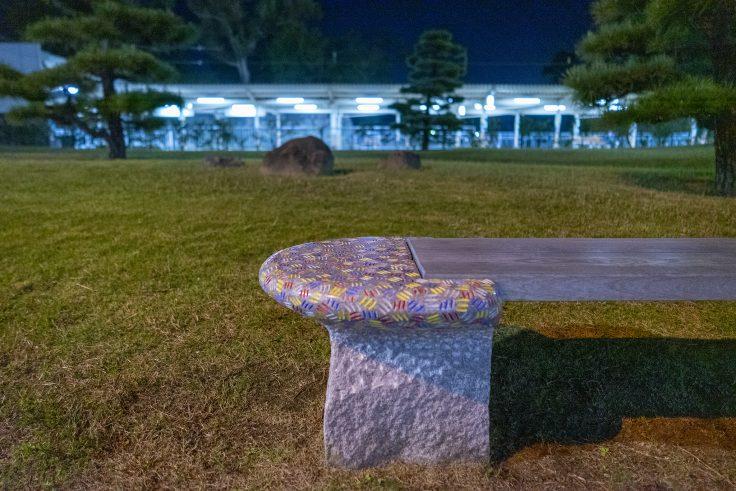 高松築港駅アキホ・タタのベンチ