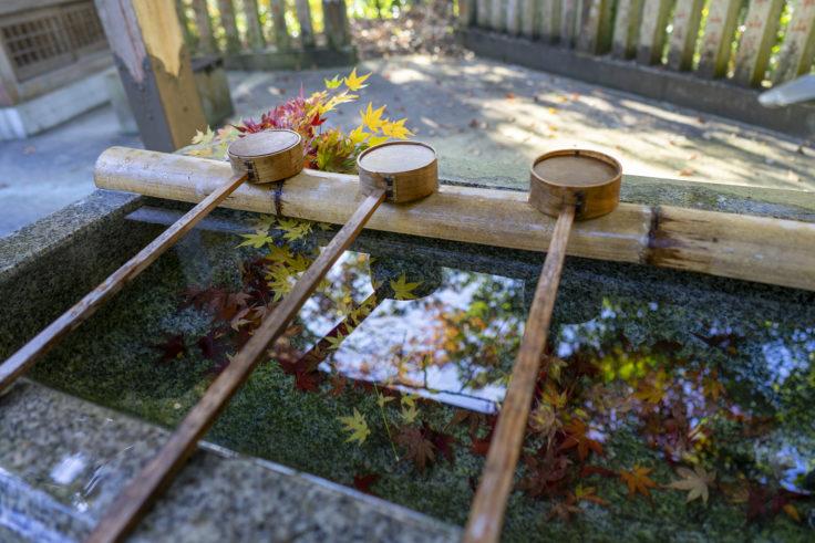 岩部八幡神社の本殿手水