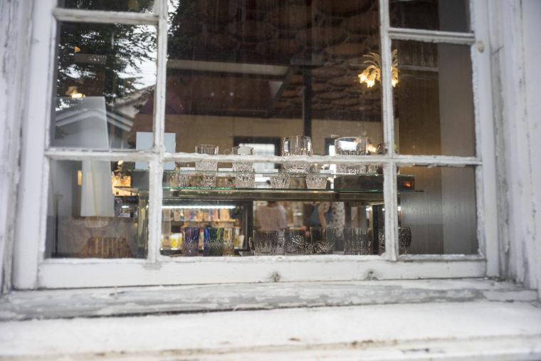 黒壁ガラス館の外から見た店内