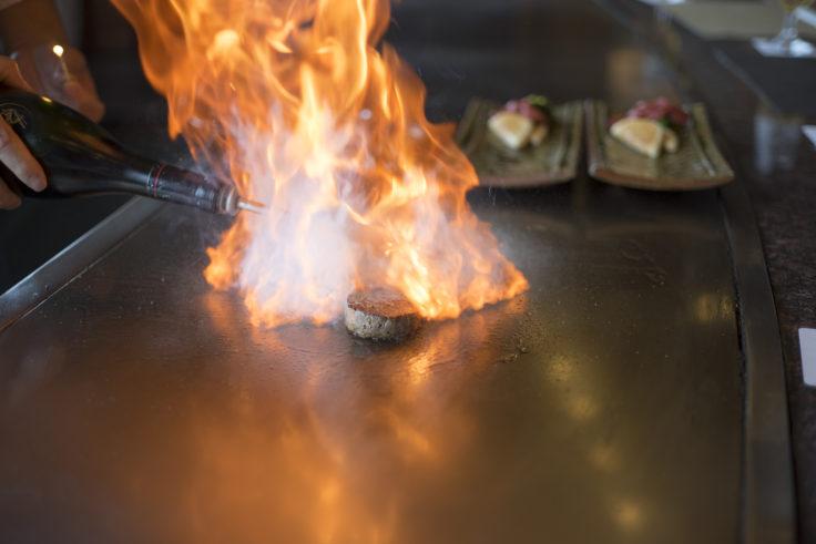 燃え上がるステーキ