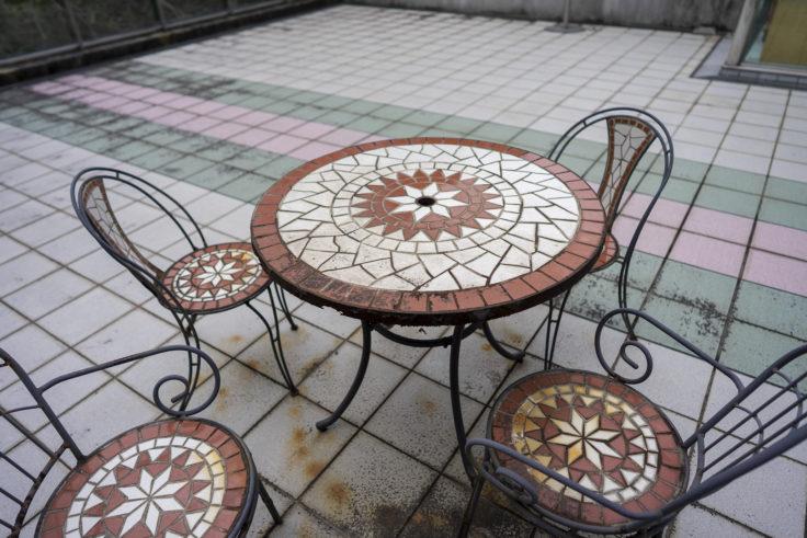 鳴門ガレの森美術館のテーブル