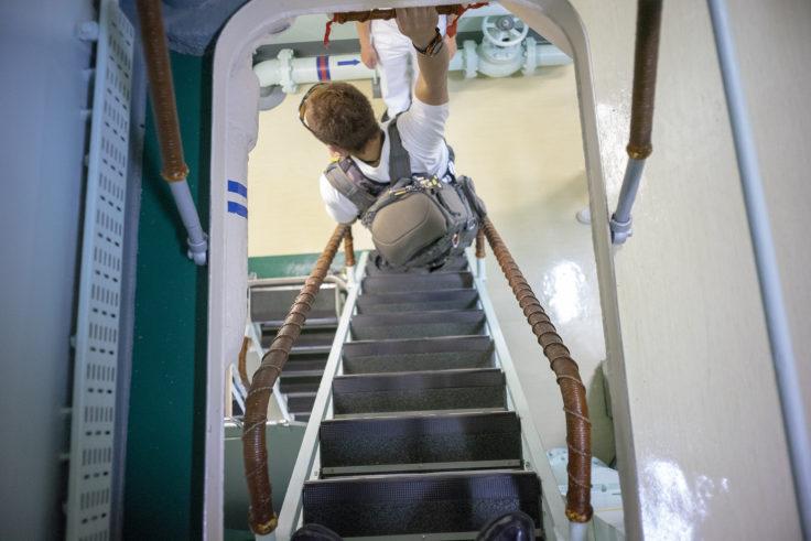 掃海母艦うらがの乗降階段