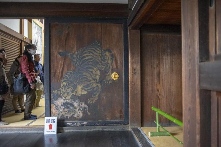 龍泉寺虎の杉戸絵