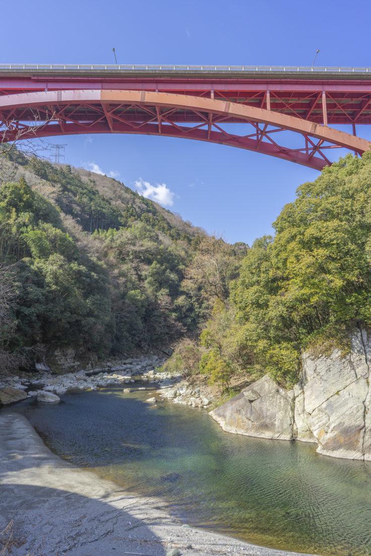 ふいご温泉の川田川と高越大橋