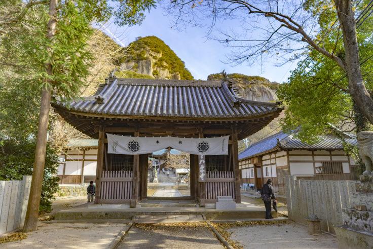 八栗寺の門