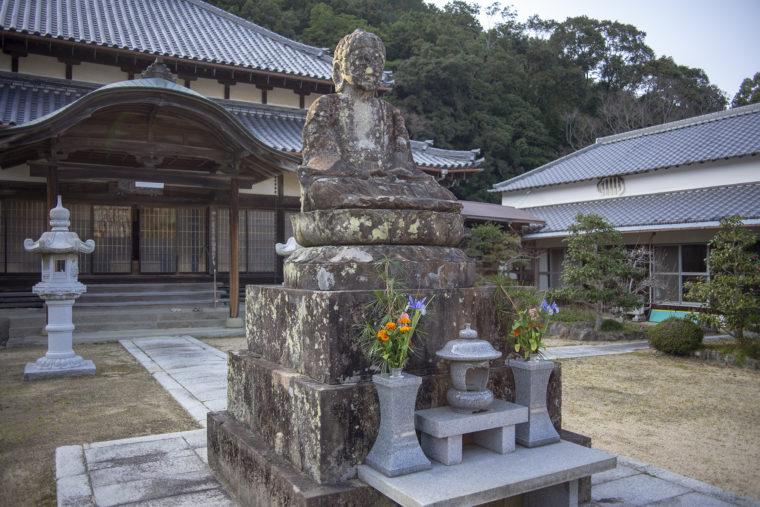 宝光寺の釈迦如来石像