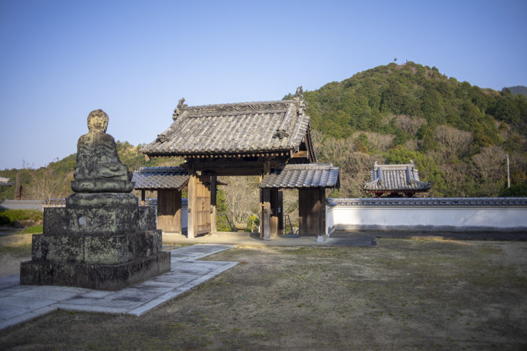 宝光寺の境内から見た門