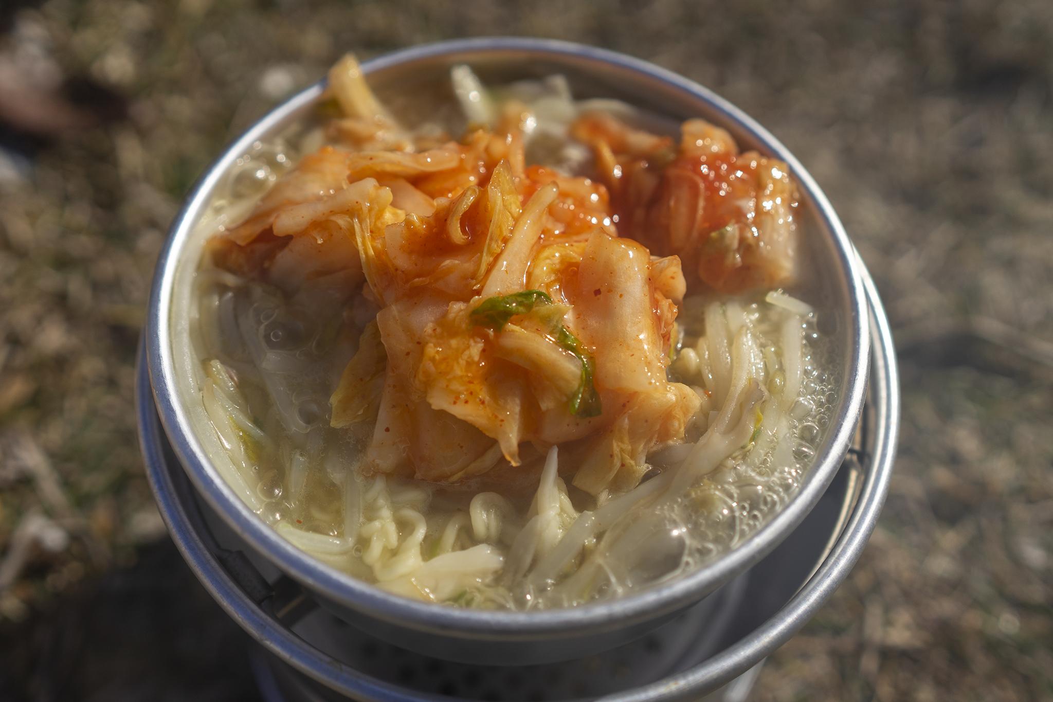 冬のアウトドアで作るインスタントラーメン「キムチ鍋」