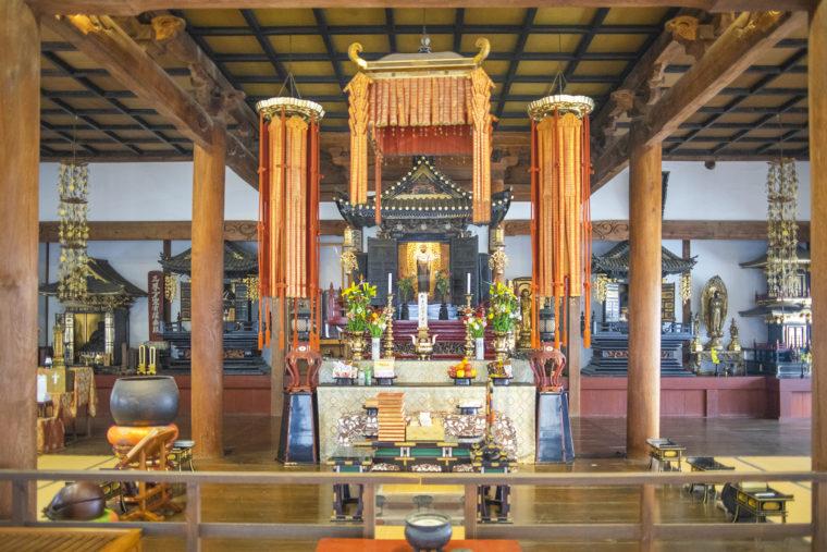 法然寺本堂内部