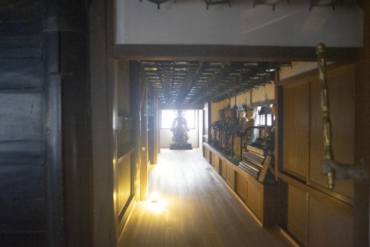 三仏堂入り口