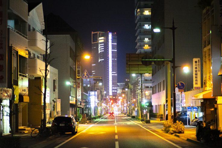 県庁通りから見た高松シンボルタワー