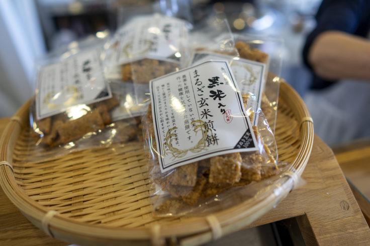 まるざ発芽玄米研究所カフェ店内の玄米煎餅