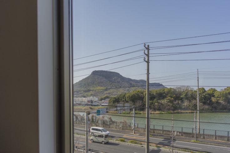 まるざ発芽玄米研究所カフェ店内から見た屋島