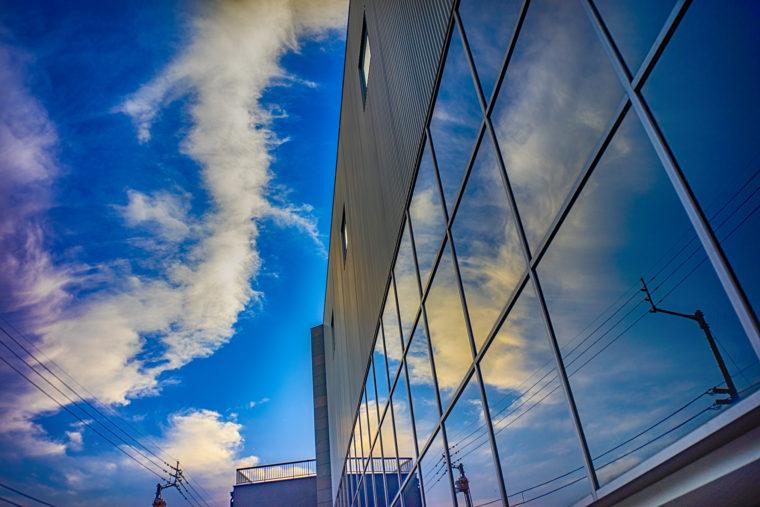 窓に映った空