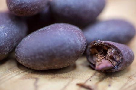 アフリカンスクエア「ショコラマダガスカル・カカオ豆ダーク100%コート」を割る