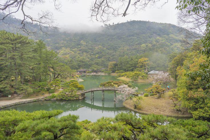 雨の栗林公園飛来峰から見た偃月橋