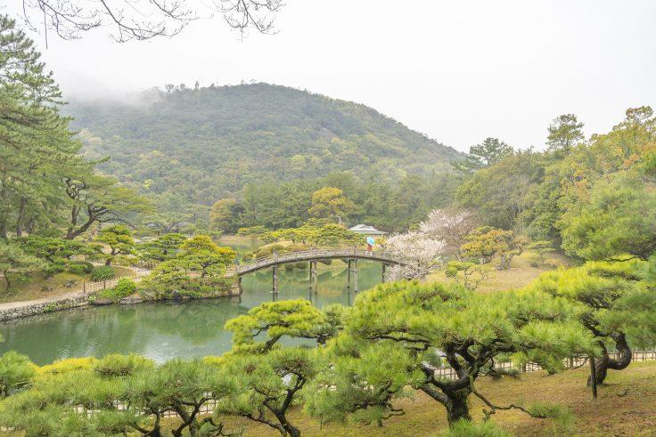 雨の栗林公園飛来峰から見た偃月橋2