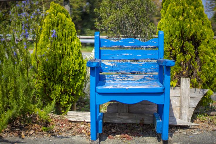 よもみの庭の青い椅子