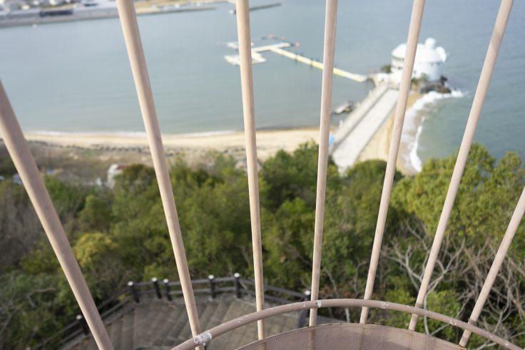 うのべ山から見た日本ドルフィンセンターへの螺旋階段
