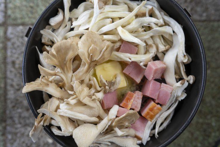きのことベーコンをオリーブオイルで炒める