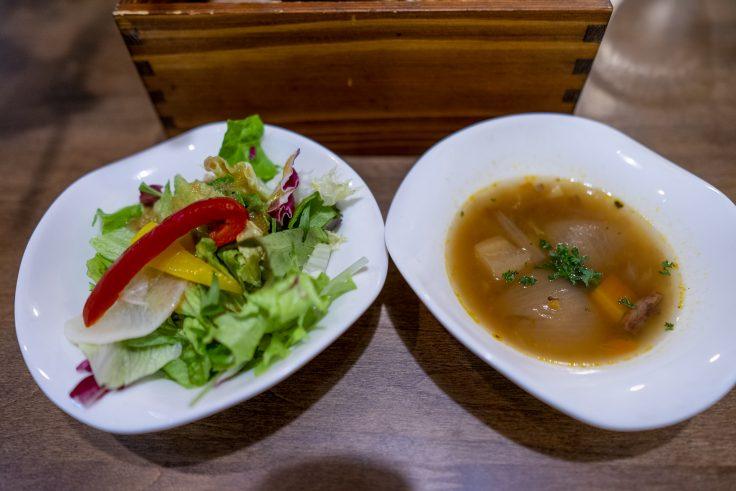 トラットリアMOMOのサラダとスープ
