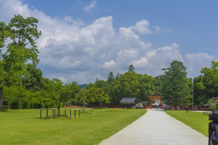 上賀茂神社一の鳥居をくぐる