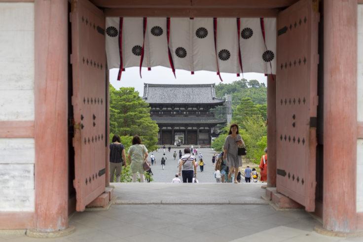 仁和寺中門から見た仁王門