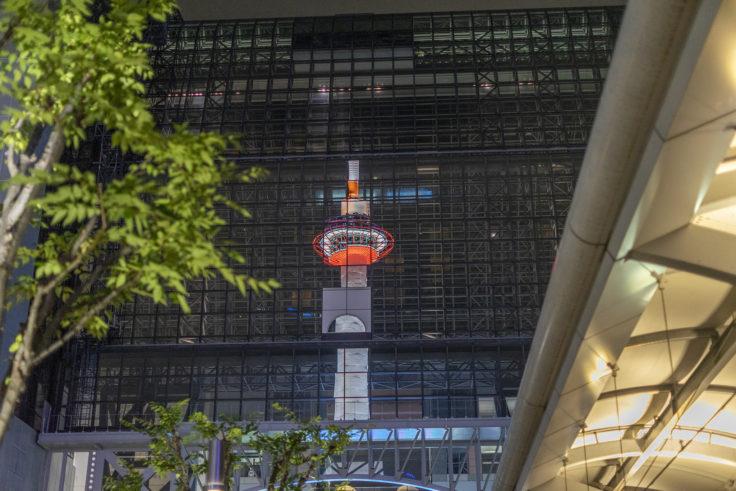 京都駅に写った京都タワー