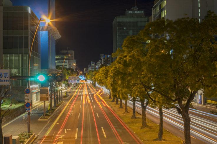 歩道橋から自動車の光跡撮影1