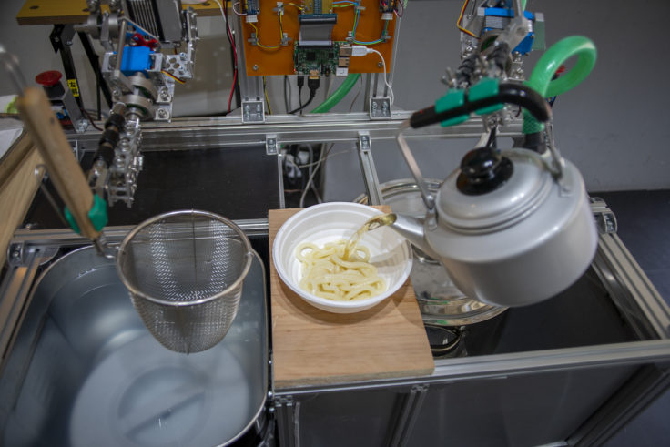 北浜の小さな香川ギャラリー うどん湯切りロボット出汁入れ