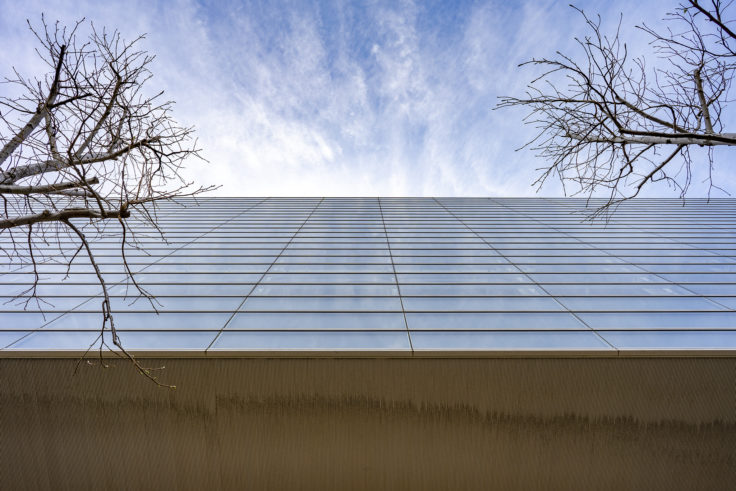 高松シンボルタワーのガラスに映る空
