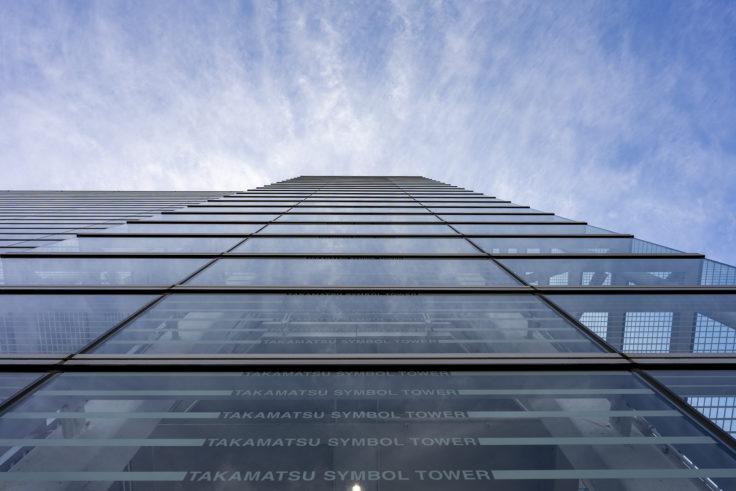 高松シンボルタワーのガラスに映る空2