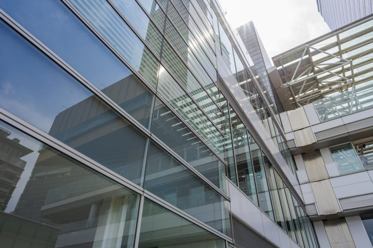高松シンボルタワーのガラスに映る空3