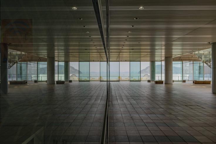 高松シンボルタワーのガラスに映る女木島