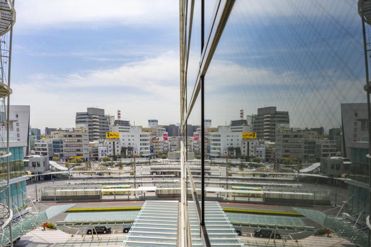 高松シンボルタワーのガラスに街