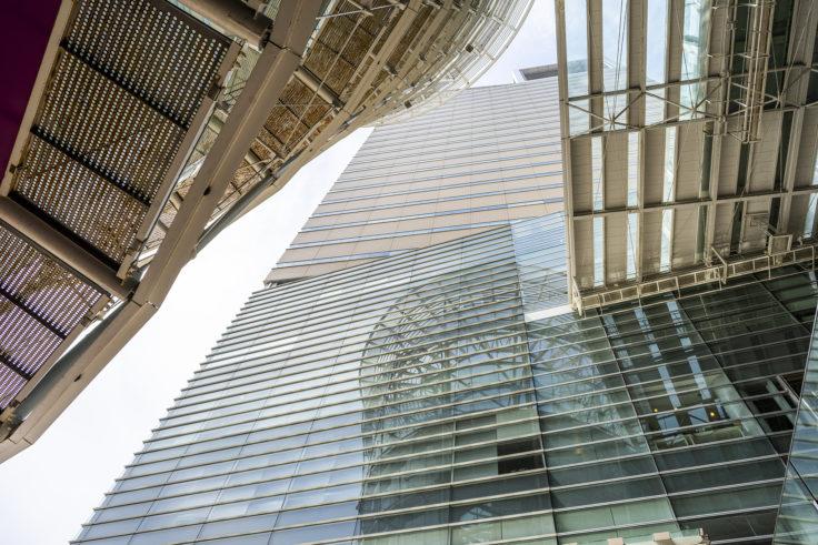 高松シンボルタワーに映るオリーブタワー