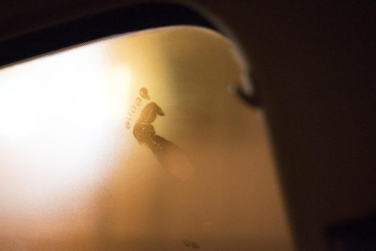 曇った窓の足跡