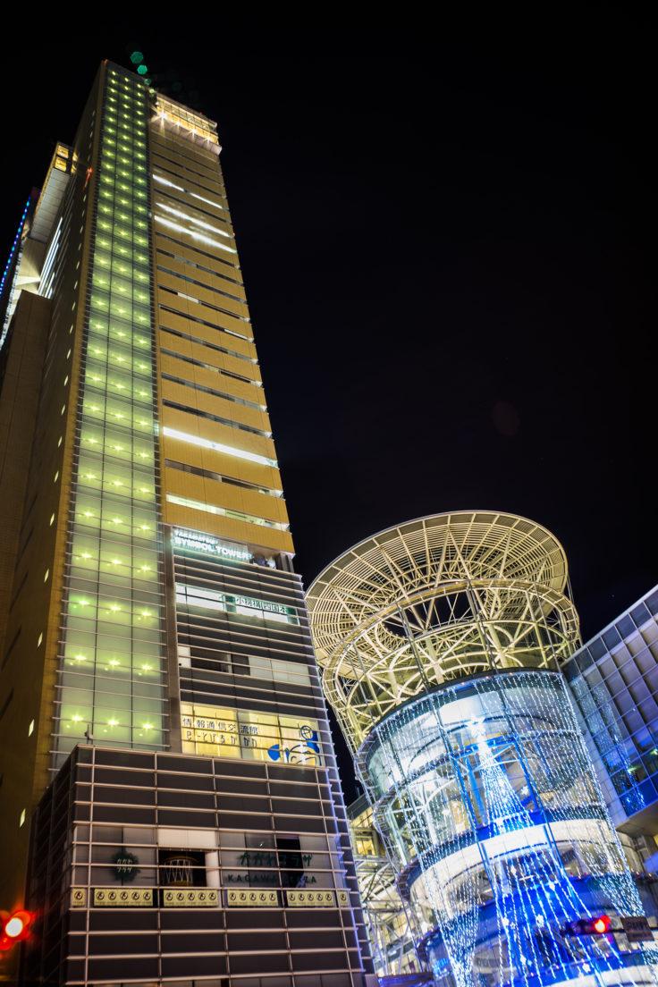 高松シンボルタワーを見上げる
