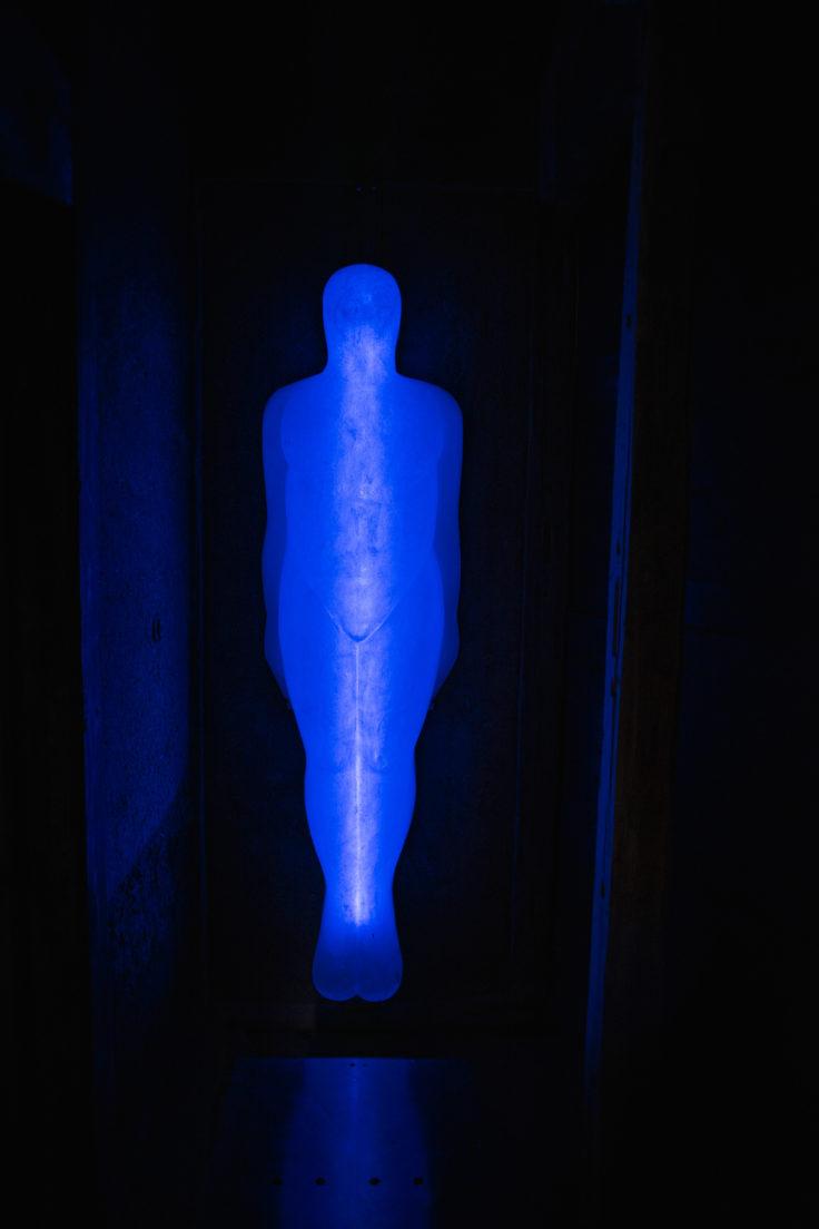 女木島「MEGI HOUSE」入り口の光る人形