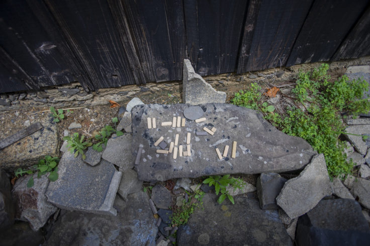 女木島「MEGI HOUSE」入り口のオブジェ