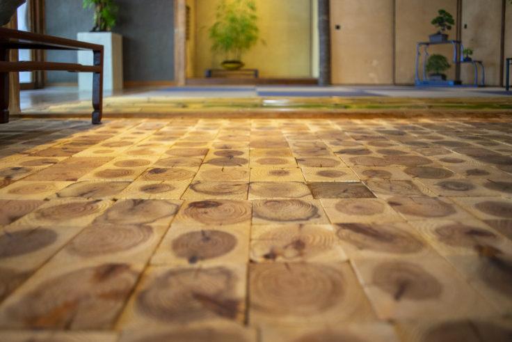 女木島「BONSAI deepening roots」の床
