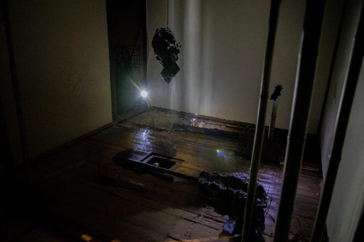 女木島「BONSAI deepening roots」の暗闇の部屋