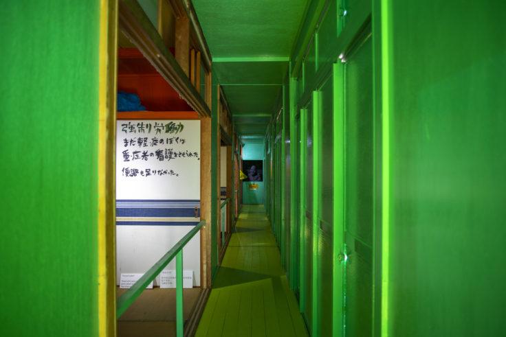 「Nさんの人生・大島七十年」-木製便器の部屋-通路