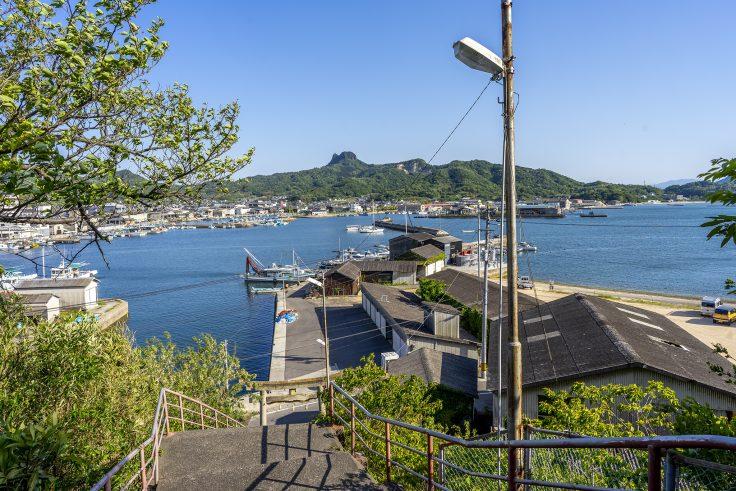 皇子神社の階段から見た庵治の海
