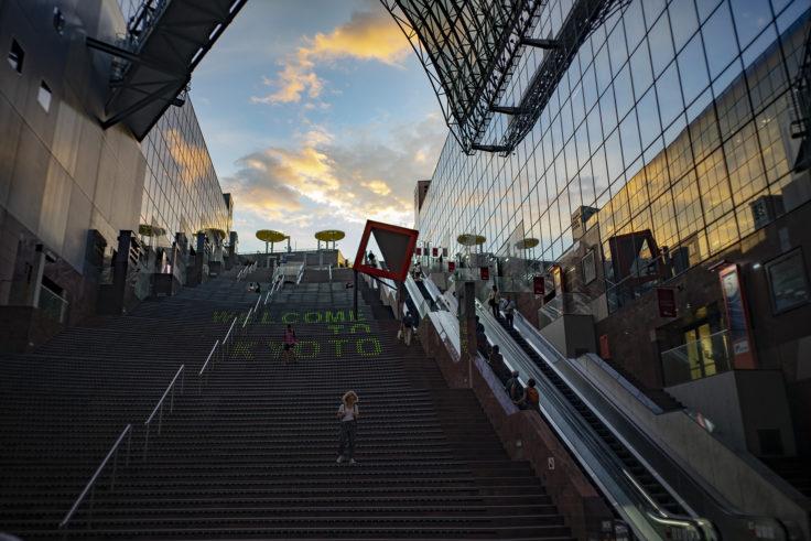 京都駅階段の夕焼け
