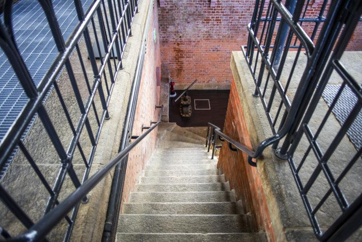 高松市水道資料館地下ポンプ室階段