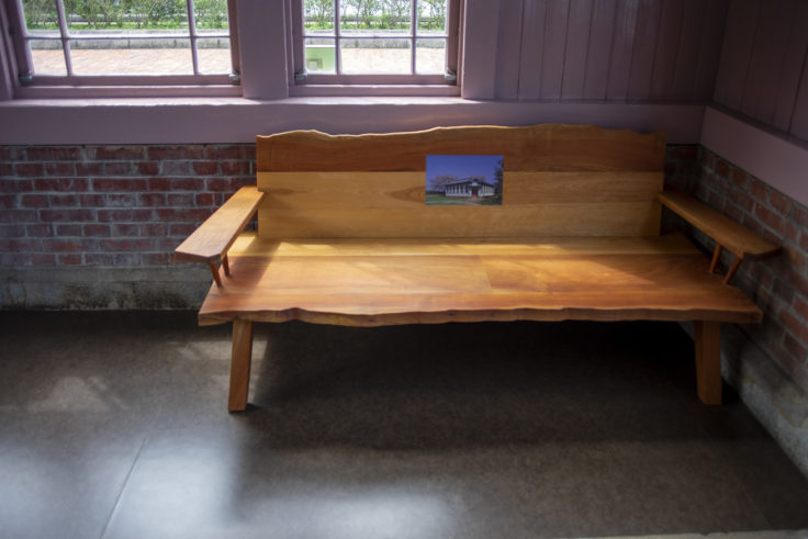 高松市水道資料館木のベンチ
