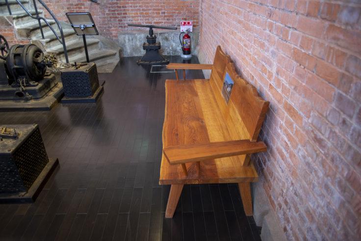 高松市水道資料館地階ポンプ室のベンチ