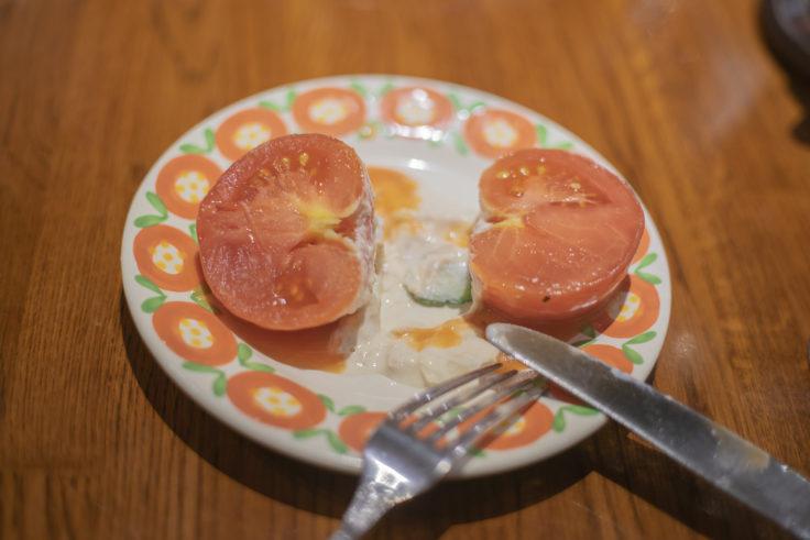東洋亭の丸ごとトマトサラダ半分